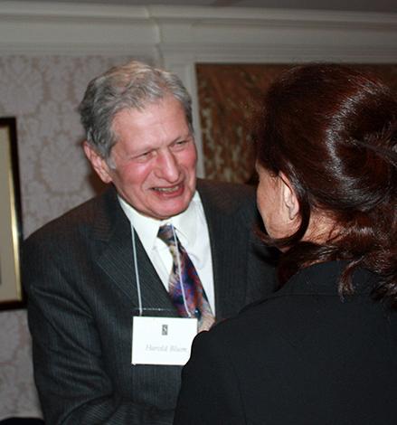 Harold Blum gratulál a Sigourney-díjhoz Mészáros Juditnak