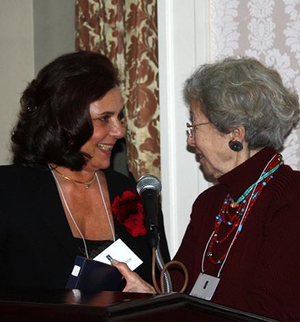 Judith S. Schachter átadja a Ferenczi Egyesület Mary Sigourney-díját Mészáros Juditnak, az egyesület elnökének, New York, 2009